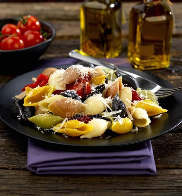 Pasta conchigilie shell con peperoni arrosto — Foto stock