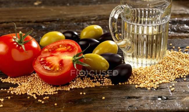 Semillas de mostaza en la mesa - foto de stock