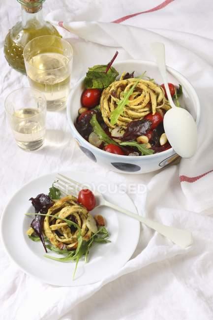 Salat mit Kräuternudeln — Stockfoto
