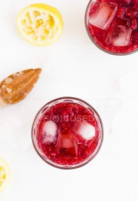 Raspberry lemonade with ice cubes — Stock Photo