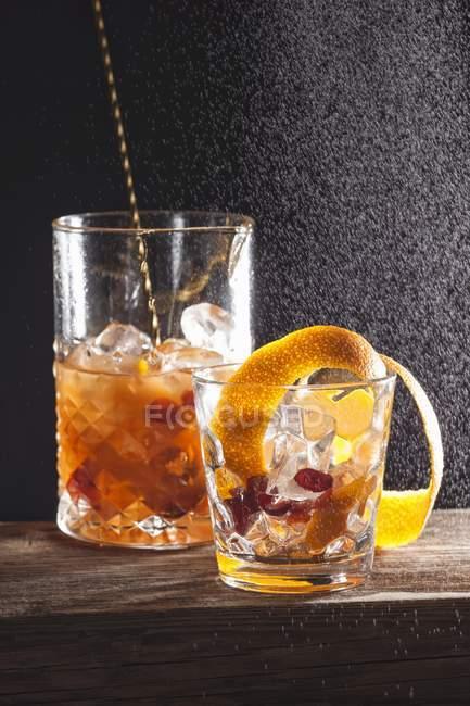 Cocktail alcoólico com frutas — Fotografia de Stock
