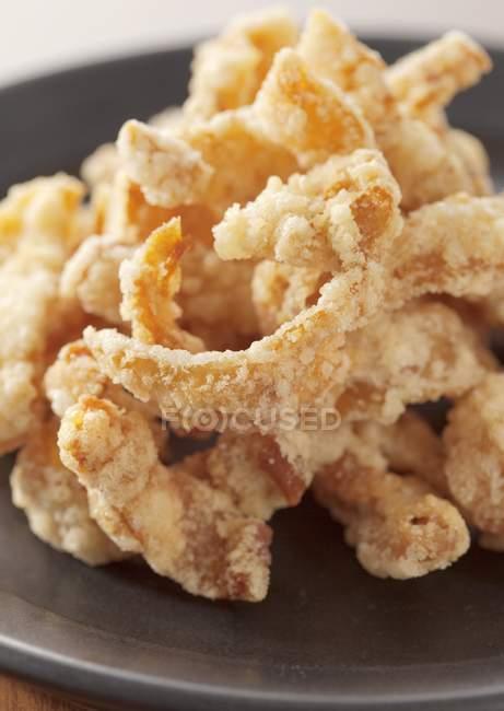 Vista del primo piano di pollo fritti strisce in pastella — Foto stock