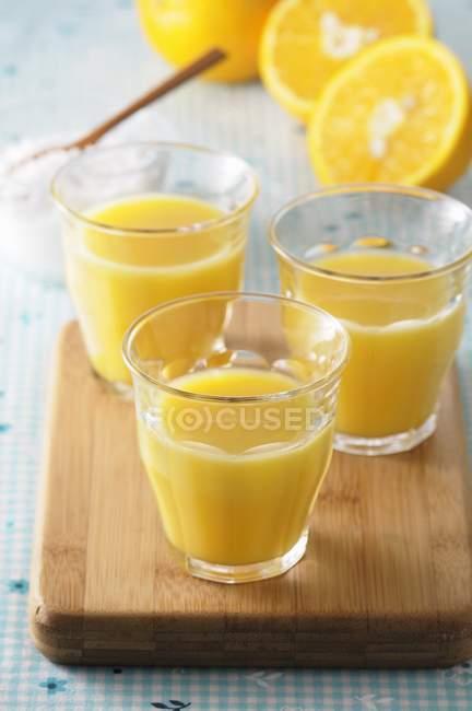 Zumo de naranja exprimido - foto de stock
