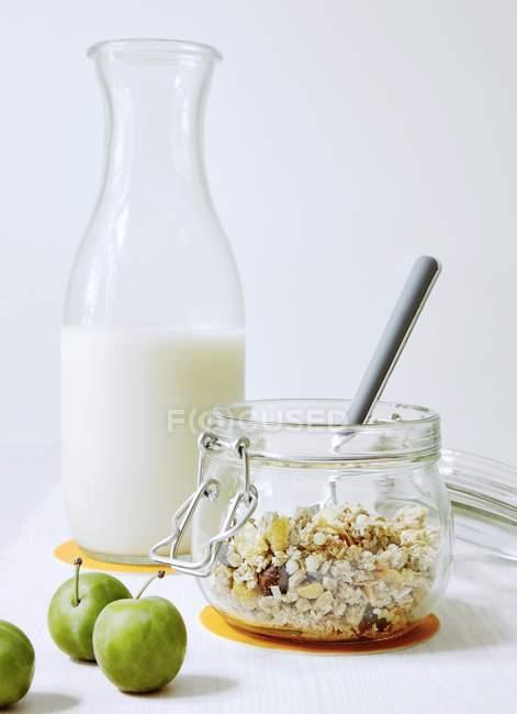 Мюсли с миндальным молоком — стоковое фото