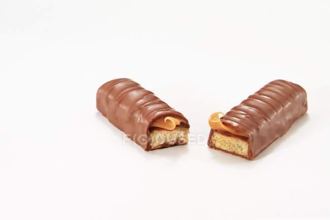 Barre de chocolat avec biscuit savoureux à l'intérieur — Photo de stock