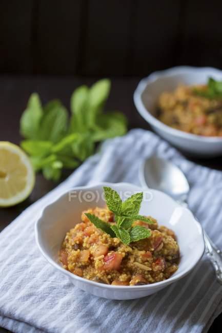Couscous alla menta servito in piccole ciotole — Foto stock