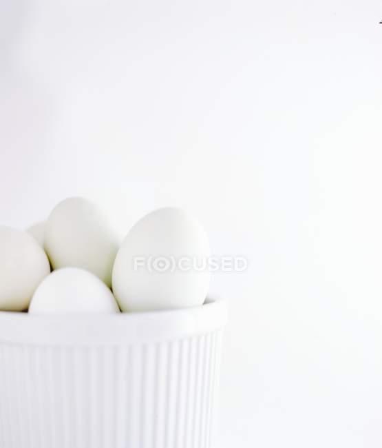 Huevos de pollo blanco en bowl - foto de stock
