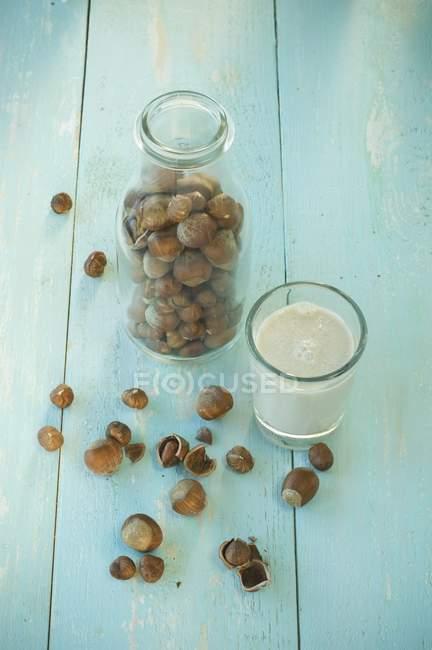 Verre de lait de noisette — Photo de stock