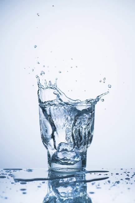 Плескання в склянку води — стокове фото
