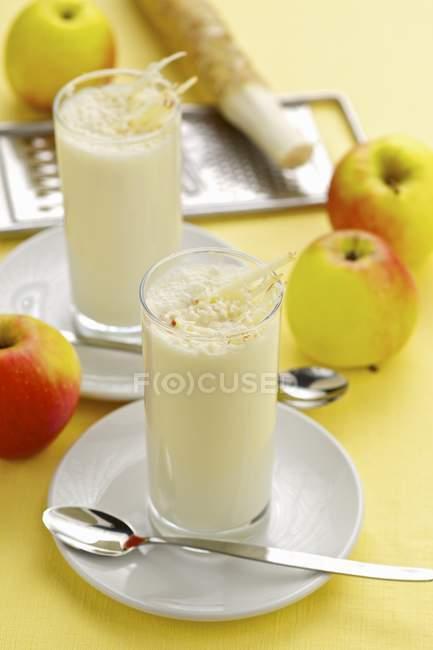 Яблочные коктейли в бокалах — стоковое фото