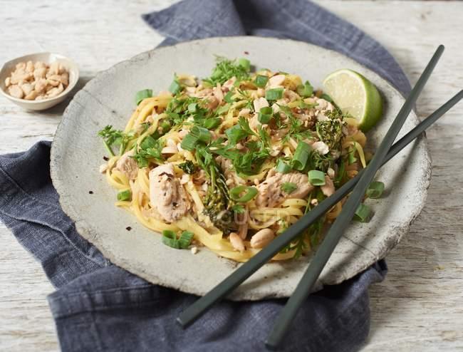 Pad thailändische Nudeln mit Huhn — Stockfoto