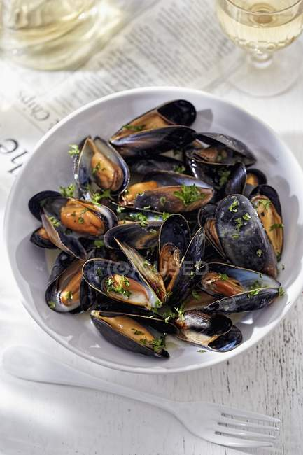Mussels with herbs and wine — Stock Photo