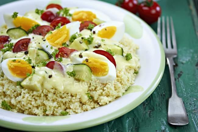 Кускус з яйцем і овочі, соус порції — стокове фото