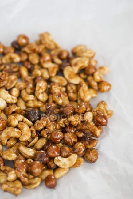 Nahaufnahme verschiedener gerösteter Nüsse — Stockfoto