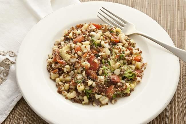 Insalata di quinoa e mais dolce — Foto stock