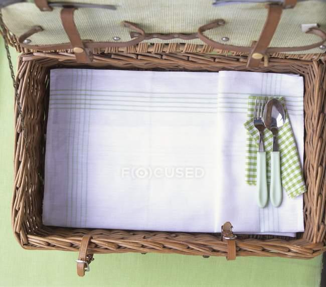 Вид зверху відкриті пікнік кошика з столові прилади і рушник — стокове фото