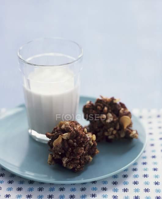 Müslibisse und Milch — Stockfoto
