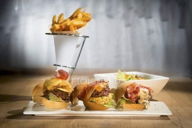 Tres mini hamburguesas - foto de stock
