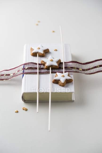 Estrellas de canela decoradas con estrellas de azúcar - foto de stock