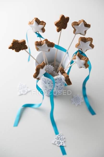 Estrellas de canela en palos - foto de stock