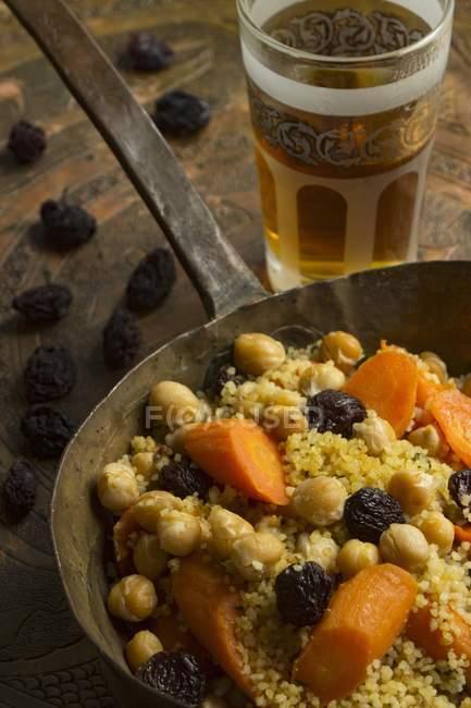 Veganer Couscous mit Johannisbeeren — Stockfoto