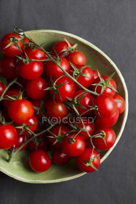 Вишневі помідори в мисці — стокове фото