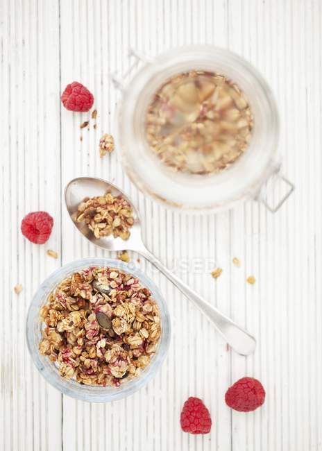 Мюслі з малини і горіхів — стокове фото