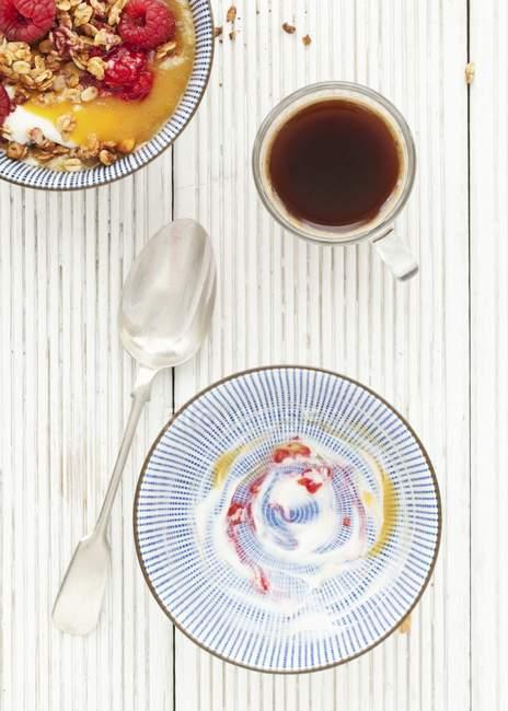 Café y muesli de melocotón melba - foto de stock