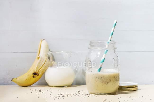 Frullato di banana con semi — Foto stock