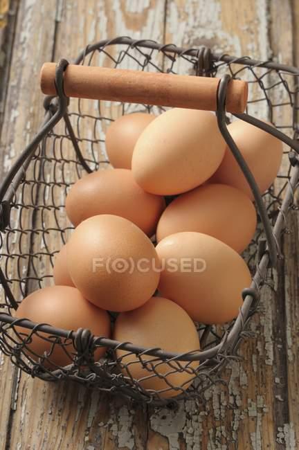 Œufs dans le panier de fil — Photo de stock