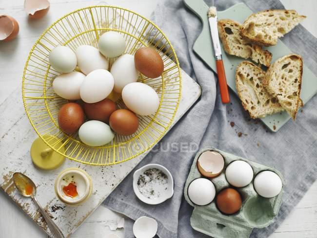 Œufs bruns et blancs dans le panier — Photo de stock