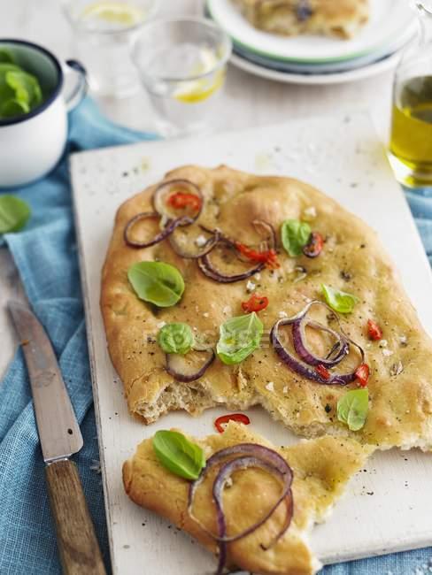 Focaccia con cipolla sul tagliere — Foto stock
