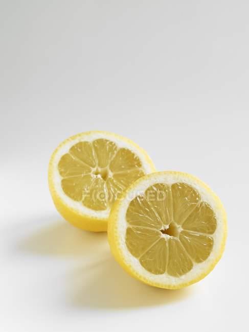 Frische Zitronenhälften — Stockfoto