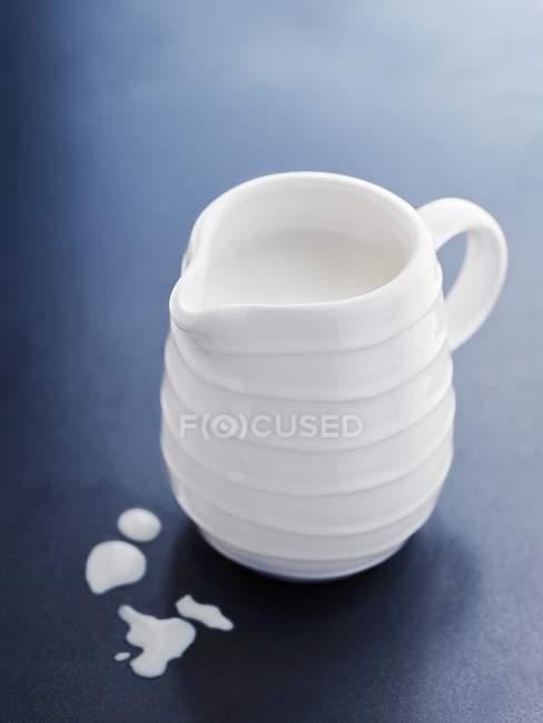 Piccola brocca di latte — Foto stock