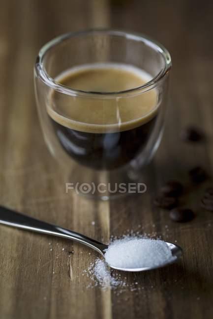 Copo de café com uma colher de açucar — Fotografia de Stock