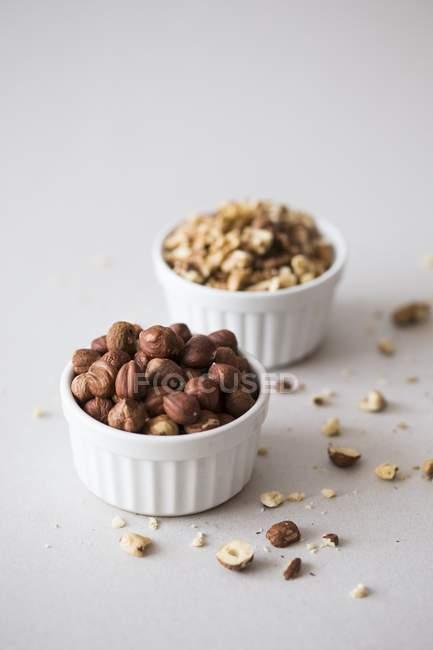 Noisettes et noix dans des bols — Photo de stock