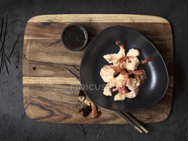 Темпура креветки і соєвий соус — стокове фото
