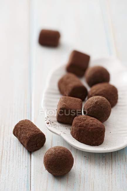 Truffes au chocolat sur assiette — Photo de stock