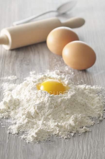Gema de ovo na pilha de farinha — Fotografia de Stock