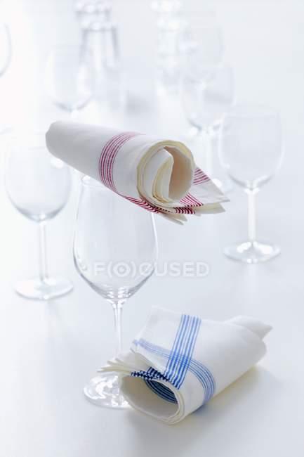 Крупним планом видом порожній Келихи, чай рушники на білій поверхні — стокове фото