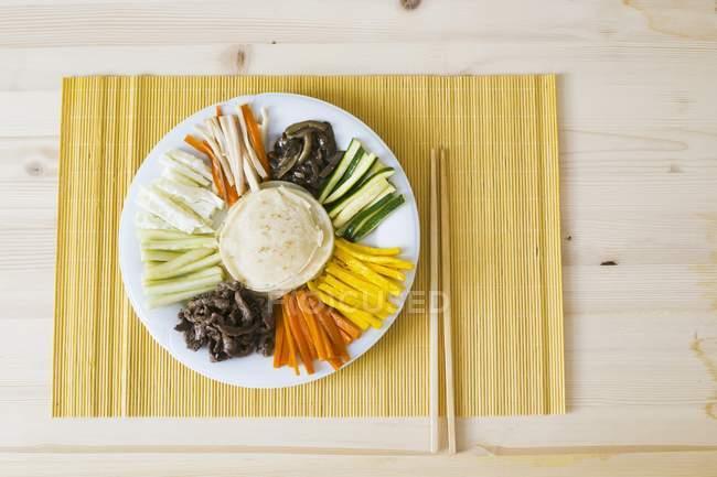 Куджольпхан - обертывания с различными начинками на белом фоне полотенце с палочками для еды — стоковое фото