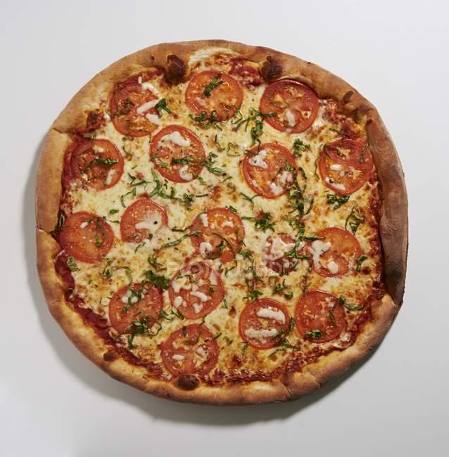 Tomato and basil pizza — Stock Photo