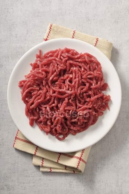 Рубленое мясо на пластине — стоковое фото