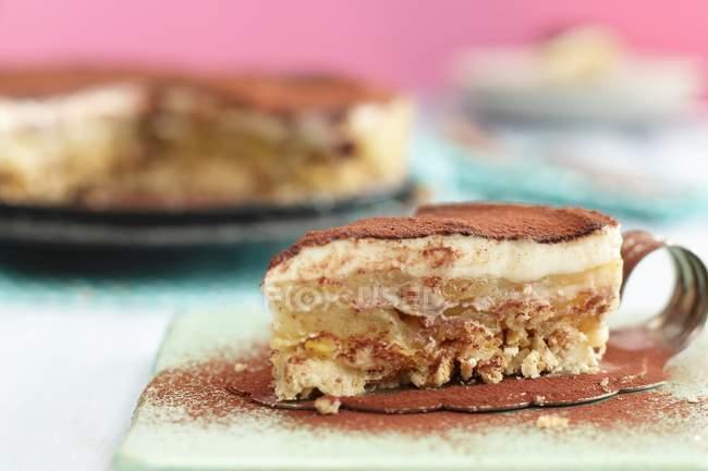 Tiramisú con cacao en polvo - foto de stock