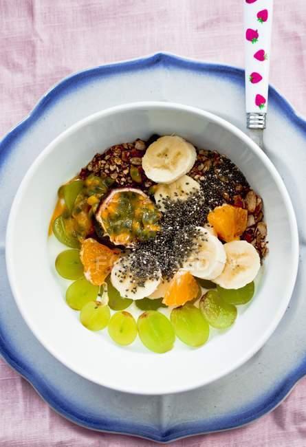 Yogourt et fruits frais — Photo de stock