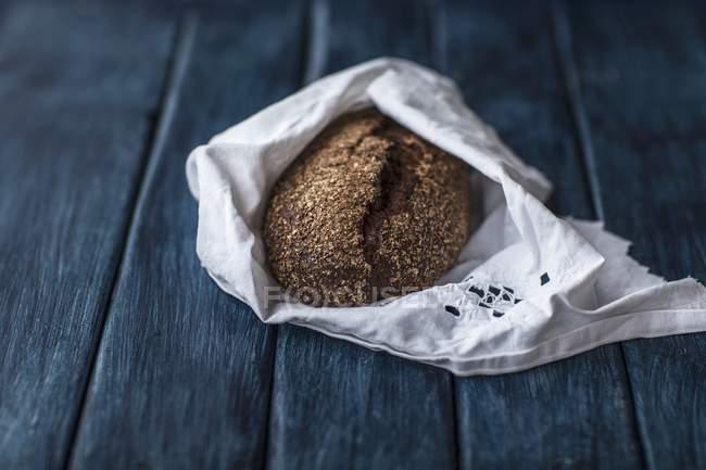 Pão de centeio caseiro em guardanapo de tecido — Fotografia de Stock