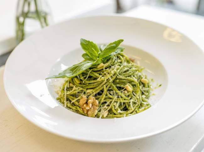 Макарони спагетті з песто і волоські горіхи — стокове фото
