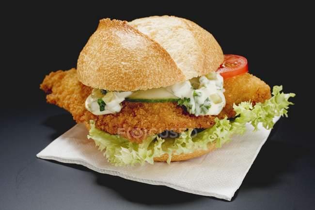 Hamburguesa de pescado con salsa remoulade - foto de stock