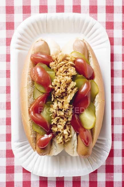 Hot Dogs auf Pappteller — Stockfoto