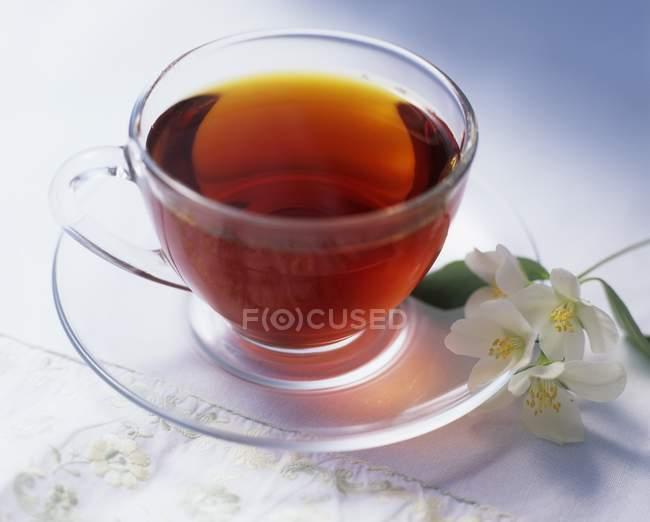 Tasse de thé noir au jasmin — Photo de stock